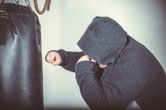 Dicker Mann bildet Kasten in der Turnhalle aus Stockfotos