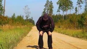 Dicker Mann, der entlang den Waldweg läuft