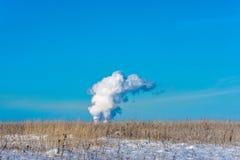 Dicker Rauch gegen den blauen Himmel Stockfoto