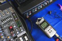 Dictaphone et écouteurs dans le processus d'enregistrement Image stock