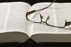 Dictionary and eye-glasses Royalty Free Stock Photos