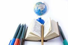 Dictionnaire et globe Photo stock