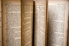 dictionnaire ouvert Photos stock