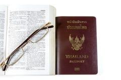 Dictionnaire Thaïlande avec des verres Photo stock