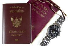 Dictionnaire Thaïlande avec les montres et le passeport Image libre de droits