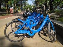 Didi compartió las bicis en el lado del camino en el reparto del tiempo del día es muy popular en China fotografía de archivo