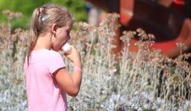 DIDIM, TURKIJE - JULI 9, 2014 Toevallig portret van een leuk meisje met een roomijskegel Royalty-vrije Stock Foto