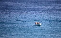 DIDIM, TURQUIA - 9 DE JULHO DE 2014 Homens que nadam no mar em um barco Fotografia de Stock Royalty Free