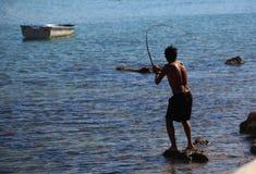 DIDIM, TURQUIA - 9 DE JULHO DE 2014 Pescador com uma pesca da vara de pesca no mar Fotografia de Stock Royalty Free