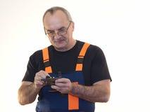 Die ältere Arbeitskraft mit dem Werkzeug Stockfotografie