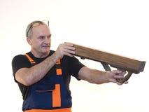 Die ältere Arbeitskraft mit dem Werkzeug Stockfoto