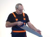 Die ältere Arbeitskraft mit dem Werkzeug Lizenzfreies Stockfoto
