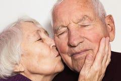 Die ältere Frau, die alten Mann küsst stockbilder