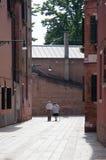 Die älteren Paare, die mit Mann-gegen-Mann in Venedig gehen - Gesundheitskonzept - reden das Leben u. Tätigkeit an stockfoto