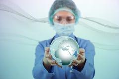 Die Ärztin, die Erde im Globalisierungskonzept hält Stockfotografie