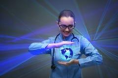Die Ärztin, die Erde im Globalisierungskonzept hält Stockfoto
