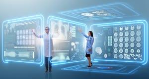Die Ärztin in Fernmedizin mhealth Konzept Lizenzfreie Stockbilder