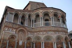 Die äußere Wand der Apsis der Kathedrale von Murano im Stadtbezirk von Venedig im Venetien (Italien) lizenzfreie stockfotos