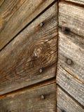 Die äußere Wand mit hölzernen Planken diagonal gegenüberstellen, Fischgrätenmuster mit Nägeln stockbild
