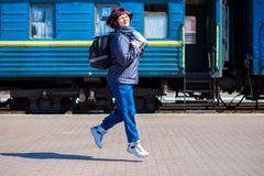 60 die éénjarigenvrouw met rugzak bij station in werking wordt gesteld stock foto