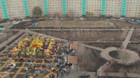 Die Öffnung des Spielplatzes in der Stadt stock video