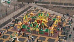 Die Öffnung des Spielplatzes in der Stadt stock video footage