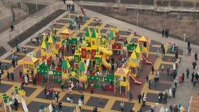 Die Öffnung des Spielplatzes in der Stadt stock footage