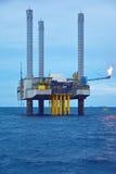 Die Ölbohrinsel am frühen Morgen Stockbild