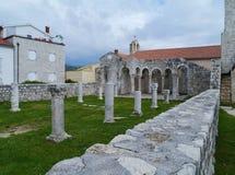Die Überreste des Klosters Johannes in Rab-Stadt Stockfotografie