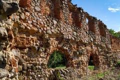 Die Überreste einer Steinwand eines alten Hauses Stockbild