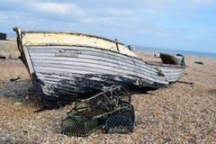 Die Überreste welches wa sobald ein Fischerboot auf dem Pebble Beach an Dungeness-Strand Kent lizenzfreies stockbild