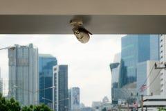 Die Überwachungskameras auf einem hohen Gebäude des Balkons Stadtansicht mit lizenzfreie stockfotos