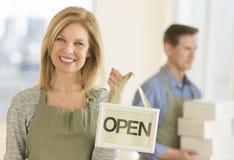 Die überzeugte offene Inhaber-Holding unterzeichnen herein Café Lizenzfreie Stockbilder