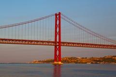 Die 25 de Abril Bridge ist eine Aufhebungbrücke Stockfotos