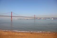 Die 25 de Abril Bridge in Lissabon Lizenzfreie Stockbilder