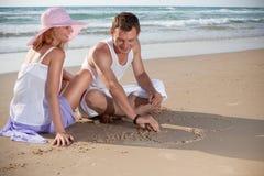 Die Abbildung der Liebe auf dem Sand Stockfotos