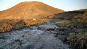 Die Abbildung wird im frühen Herbst in den Bergen polar gebildet stock video