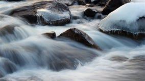 Die Abbildung wird im frühen Herbst in den Bergen polar gebildet stock video footage