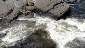 Die Abbildung wird im frühen Herbst in den Bergen polar gebildet Wasser-Fall stock video footage