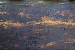 Die abblätternde gelbe Farbe mit verkratzt auf der Oberfläche der rostigen galvanisierten Eisenplatte stockfoto