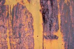 Die abblätternde gelbe Farbe mit verkratzt auf der Oberfläche der rostigen galvanisierten Eisenplatte Rostiges Gelb gemalte Metal lizenzfreies stockfoto