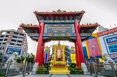 Die Abendansicht von Chinatown-Bogen markiert den Anfang berühmter Yaowarat-Straße Lizenzfreie Stockfotos