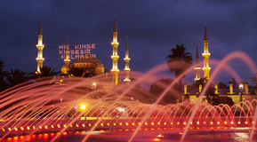 Die Abendbeleuchtung des Brunnens und der blauen Moschee mit mahya Stockfotos