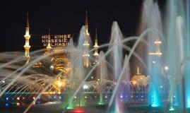 Die Abendbeleuchtung des Brunnens und der blauen Moschee mit mahya Lizenzfreies Stockfoto
