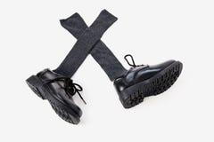 Die Abendschuhe und die grauen Socken des Jungen Lizenzfreie Stockbilder