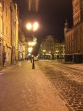 die Abendstraße gebeleuchtet vor Weihnachten Lizenzfreie Stockfotografie