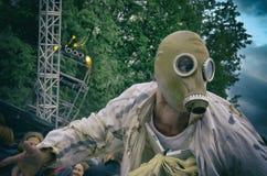 Die Abendvorstellung Ein Mann in einer Gasmaske mit einem tragischen Blick und einem drastischen Himmel Stilisiert Film Stockfoto