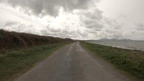 Die Aber-Küstenvorland-Straße in Caernardon - Wales fahren stock footage