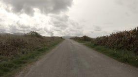 Die Aber-Küstenvorland-Straße in Caernardon - Wales fahren stock video footage
