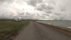 Die Aber-Küstenvorland-Straße in Caernardon - Wales fahren stock video